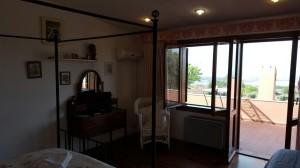 Camera con terrazza e vista sul giardino