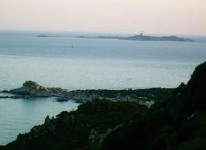 La costa che va da Villasimius a Costa Rey. Sullo sfondo l'Isola dei Cavoli