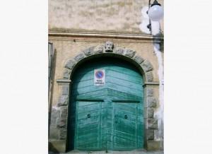 Un bel portale in legno al centro di Villasimius